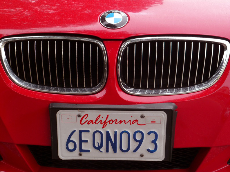 BMW rouge immatriculée California