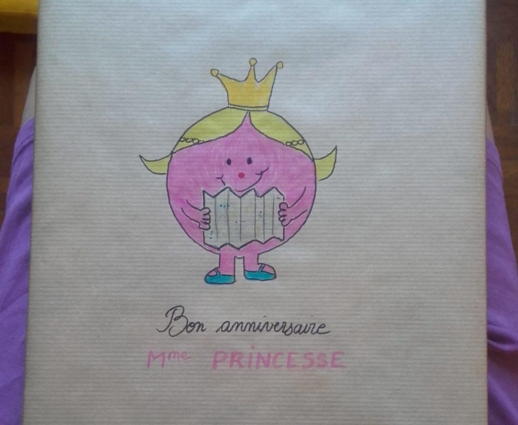 Paquet cadeau-kraft avec une madame Princesse dessinée dessus