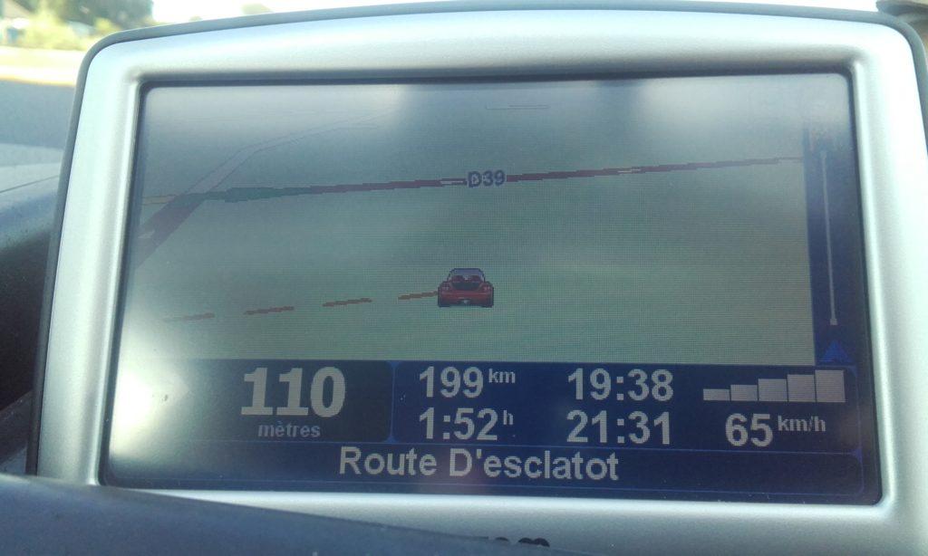 GPS avec l'icône de la voiture en plein champ vert