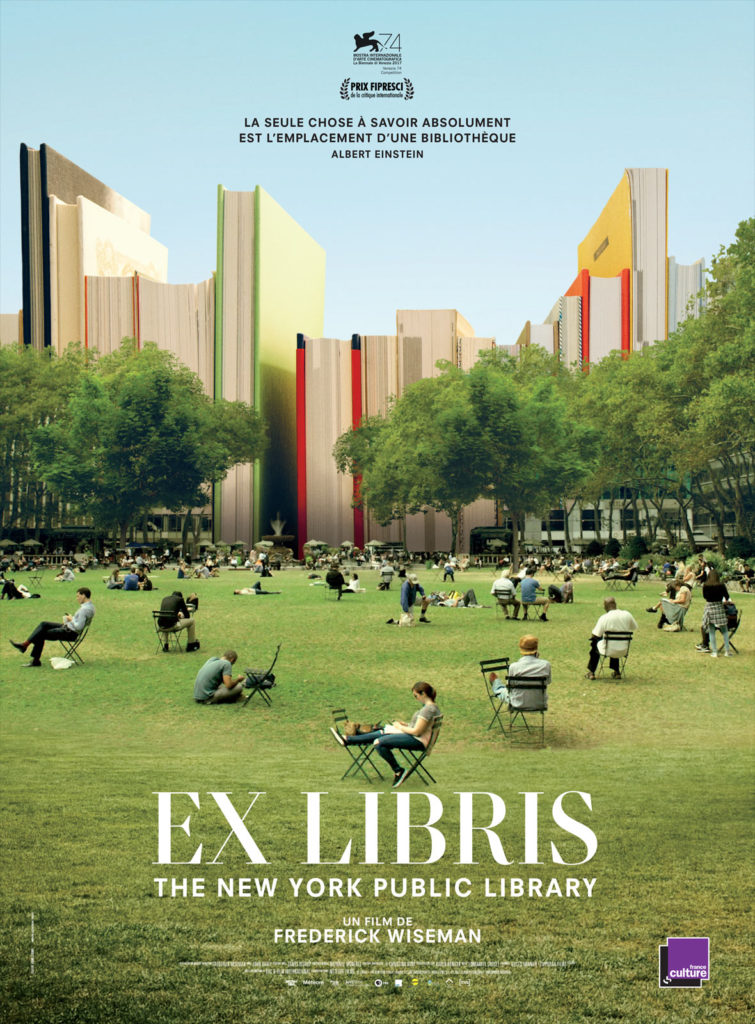 Affiche du film : vue du jardin devant la bibliothèque, remplacée par des livres géants