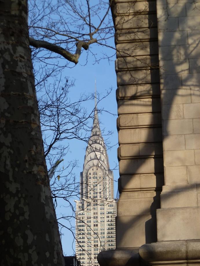 Le Chrysler visible entre un arbre et le coin de la Public Library où se projettent des ombres de branches