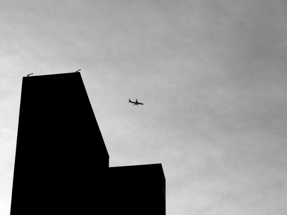 Avion et building à contre-jour