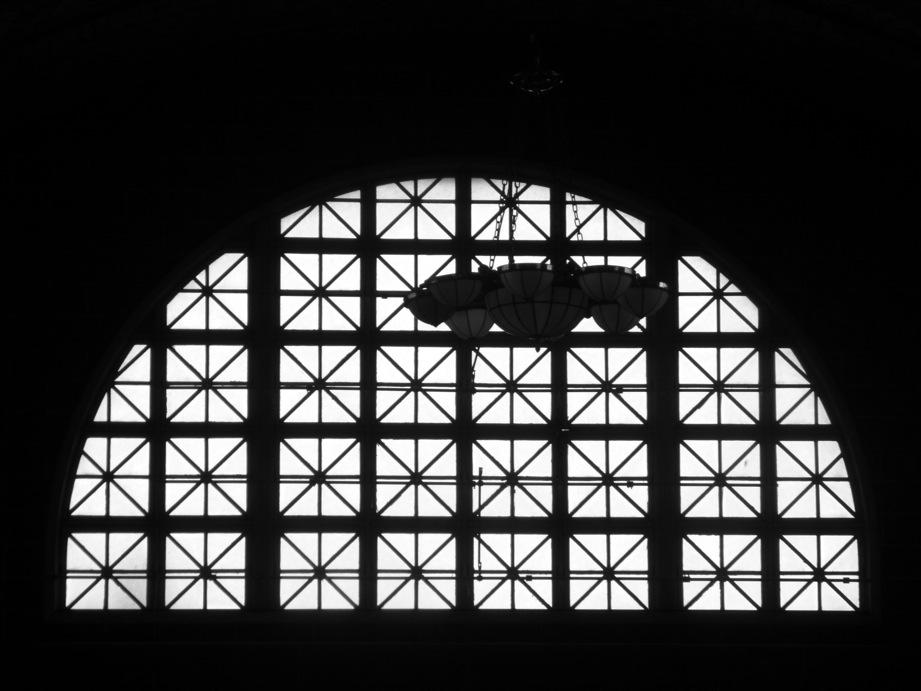 Fenêtre du hall d'Ellis Island en demi-cercle à contre-jour