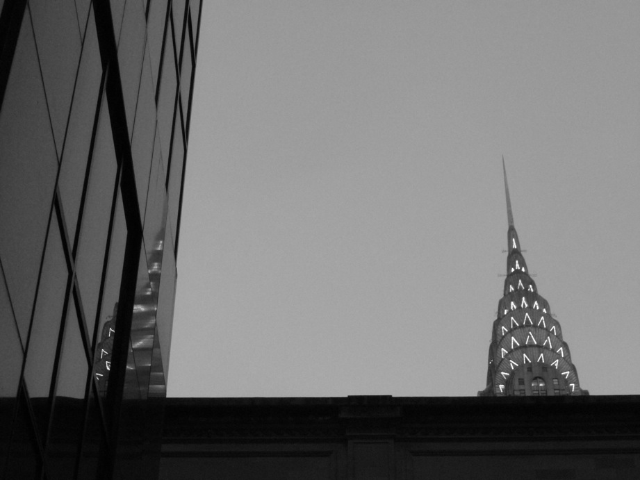 Le Chrysler building et son reflet dans un building
