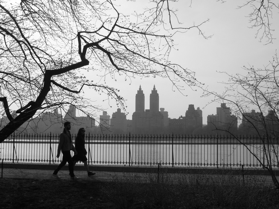 Skyline et silhouettes le long du réservoir de Central Park