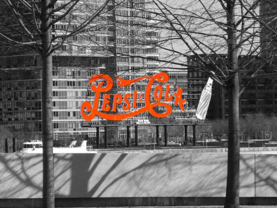 Signe Pepsi-Cola depuis Roosevelt Park, photo en noir et blanc à l'exception de la marque, rouge