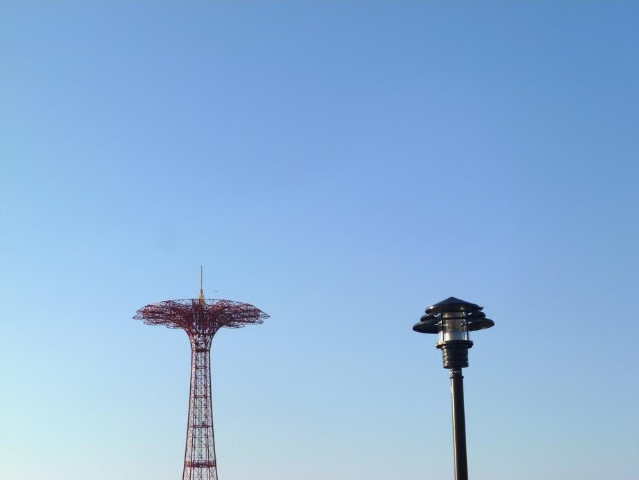 Une attraction et un lampadaire dans le bleu du ciel