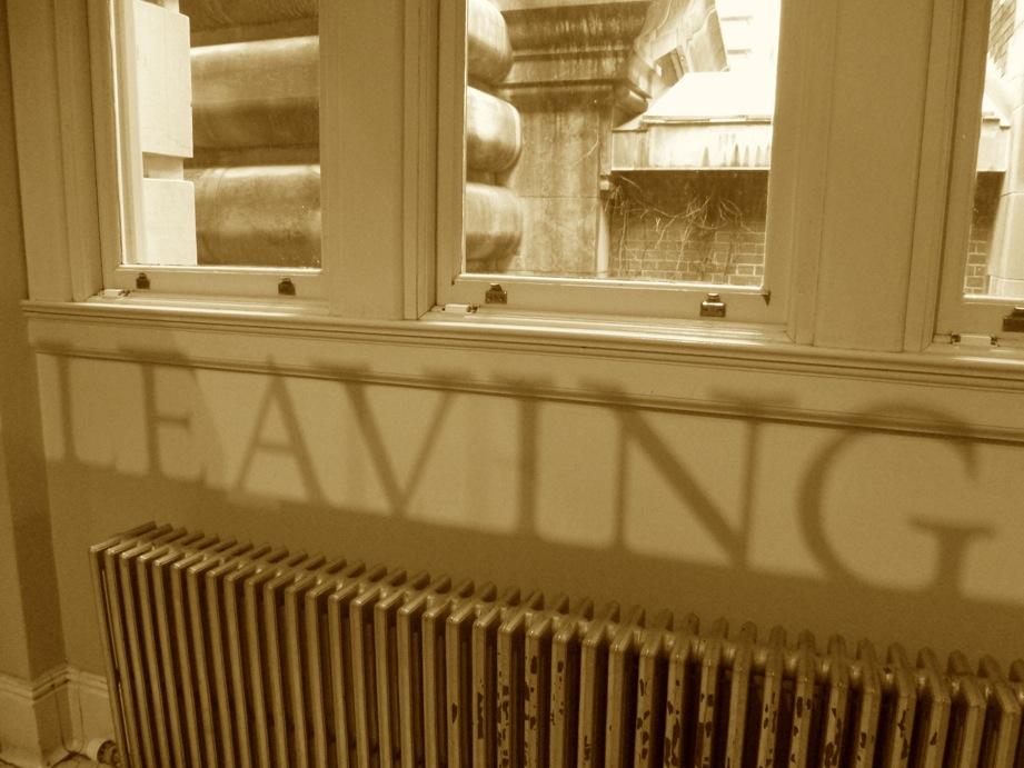 Ombre d'un titre d'exposition - Leaving - sur le radiateur