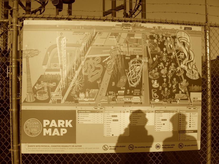 Ombres de Palpatine et moi sur la carte du parc, en sépia