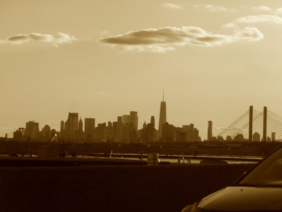 New York et nuages depuis l'autoroute en s'éloignant de la ville