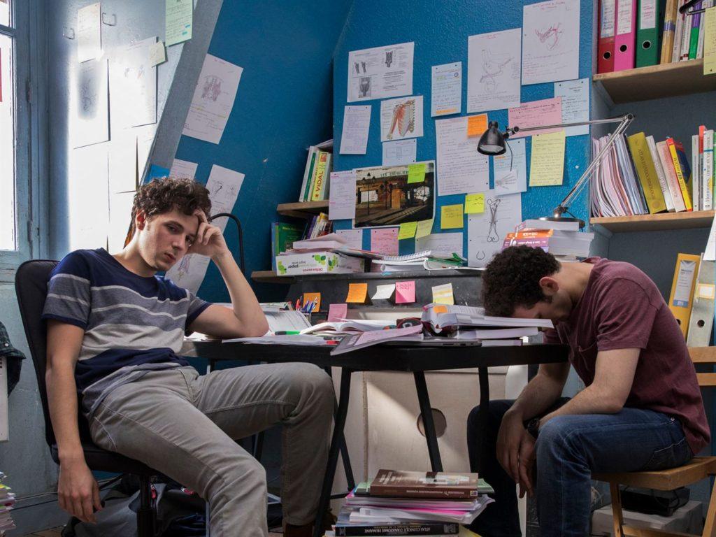 Les deux étudiants à leur bureau, l'air complètement ahuri-déprimé.
