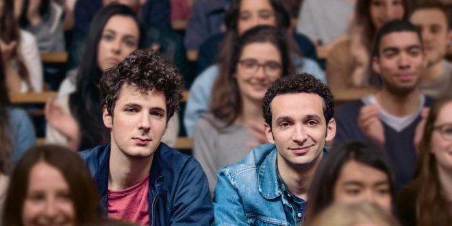 Les deux étudiants amis, côte-à-côte dans l'amphi