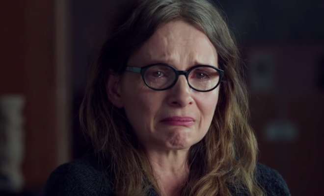 Juliette Binoche, le visage déformé par les pleurs à venir