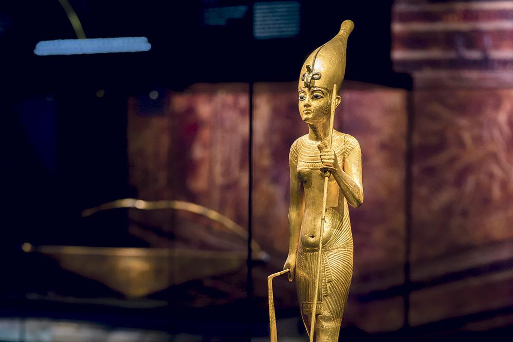 Statuette dorée avec la couronne de la Haute-Egypte, un sceptre, des hanches, un peu de bidou et… des seins.