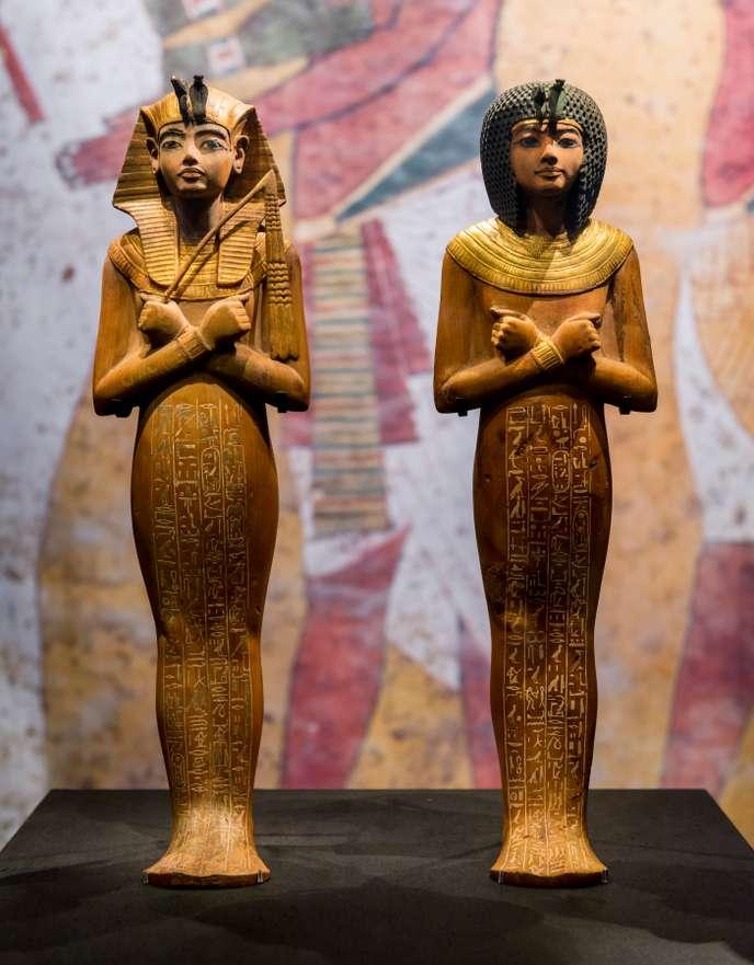 Deux statuettes avec des coiffes égyptiennes, bras croisées devant elles, jambes fondues l'une contre l'autre