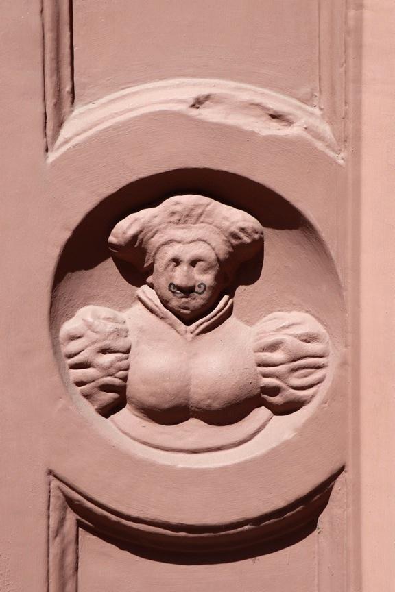 Bas-relief de boulangère, à qui l'on a rajouté une moustache frisée
