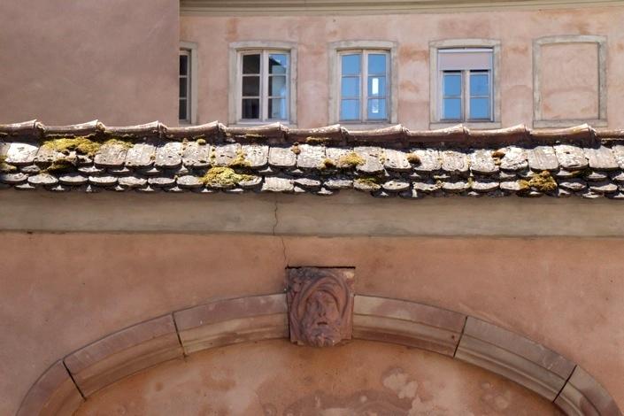 Fenêtres, tuiles et pan de mur ocre de l'hôpital