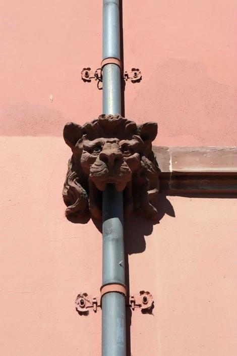 Lion de gouttière (sculpture à travers la bouche de laquelle passe le tuyau)