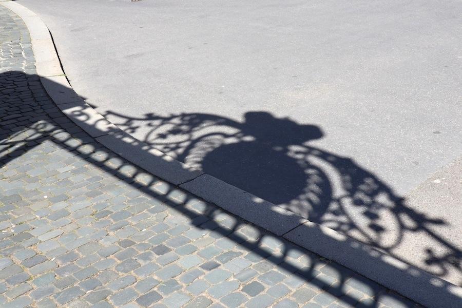 Ombre portée sur le sol d'un portique ouvragé