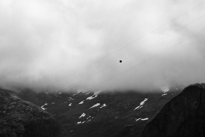 Boule de signalisation pour les avion sur fond de brume, qui mange les montages
