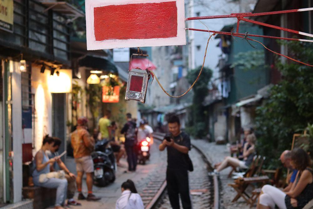 Carton rouge pour les gens qui se prennent en photoi sur les rails en plein centre ville