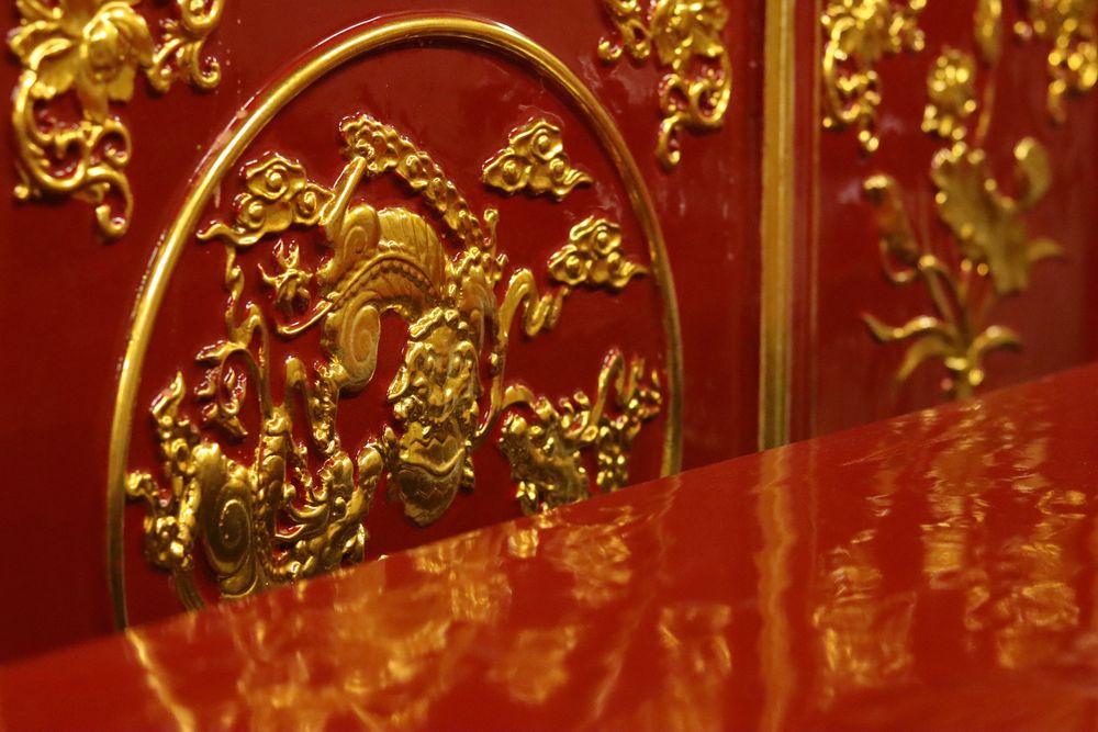 Détail de laque rouge d'un temple à Hanoï
