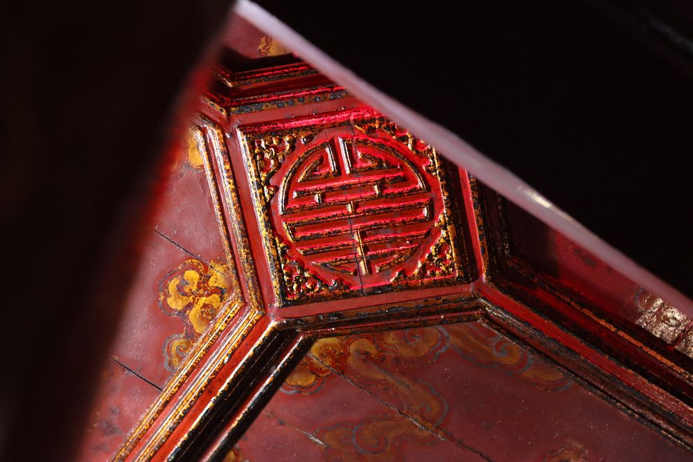 Détail du plafond rouge au temple de la littérature à Hanoï