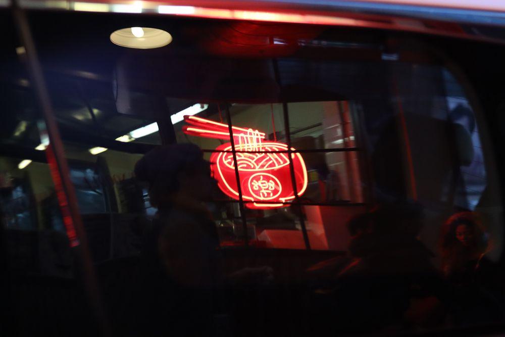 Enseigne rouge de noodles à Hong Kong