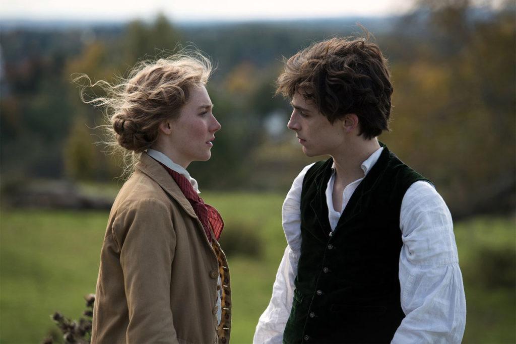 Laurie (Timothée Chalamet) et Jo March (Saoirse Ronan), les cheveux aux vents dans la campagne