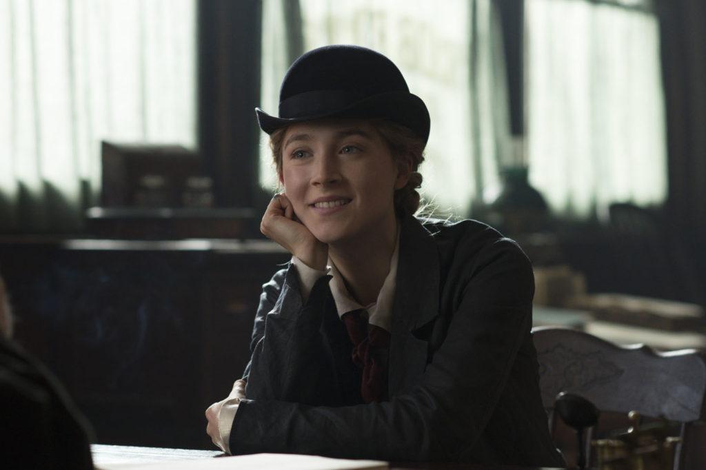 Jo March (Saoirse Ronan) en chapeau melon dans le bureau de son éditeur