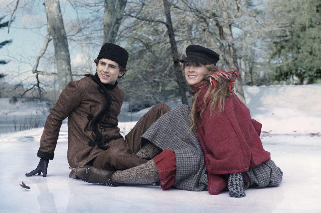 Laurie (Timothée Chalamet) et Jo March (Saoirse Ronan) par terre en patins sur la glace