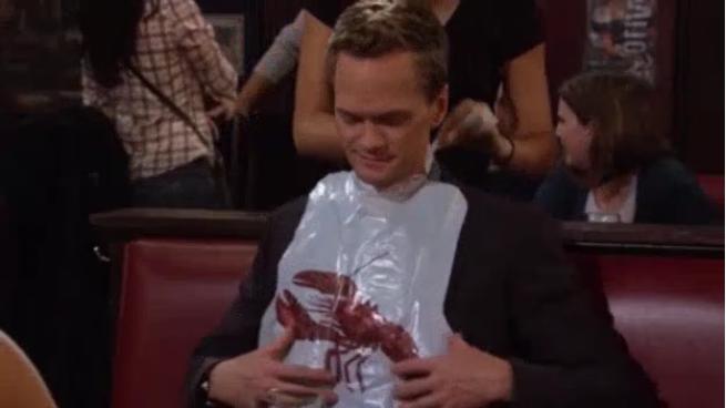 Barney, à qui la serveuse passe une protection type bavoir pour manger.